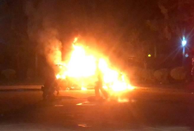 台北孙中山纪念馆停车场车辆起火 疑驾驶员引火自焚