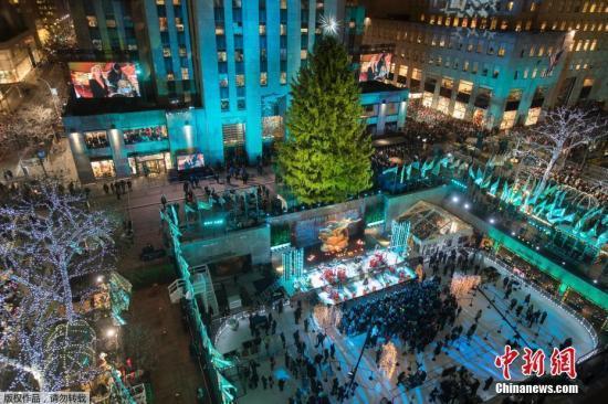 纽约洛克菲勒中心圣诞树亮灯 数万彩灯装点节日气氛