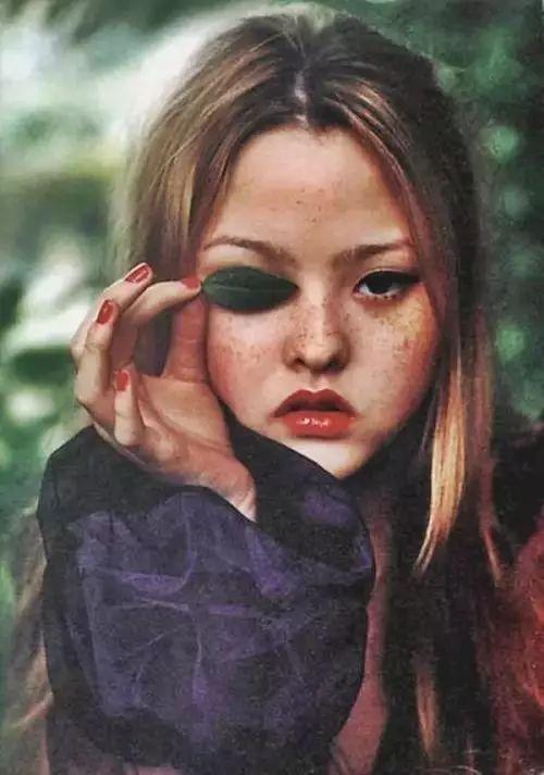 她是世界最矮超模,以怪异长相称霸时尚圈,成为Chanel的宠儿