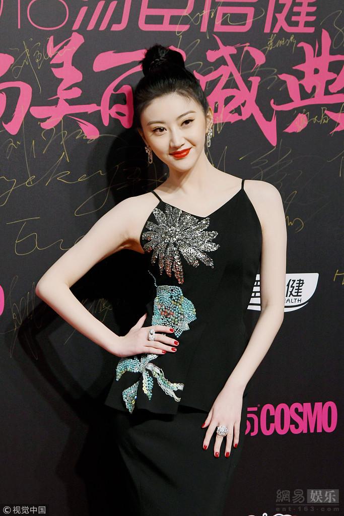景甜穿黑色长裙身段尽显优雅迷人