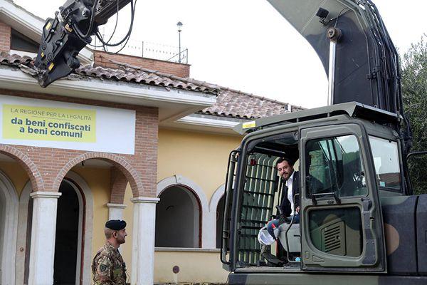 意大利副总理驾驶挖掘机拆除违章别墅
