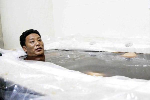探访青海省藏医院药浴科 患者趟浴缸接受42摄氏度药液浸泡