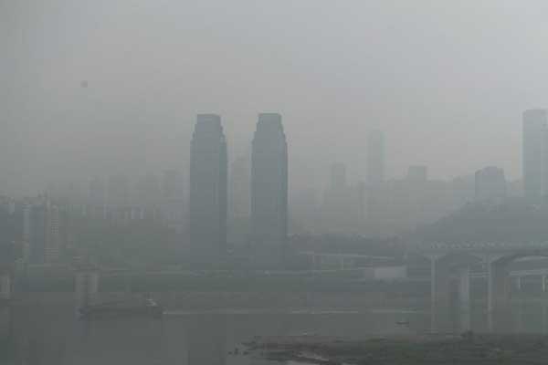 大雾笼罩重庆 长江两岸建筑若隐若现