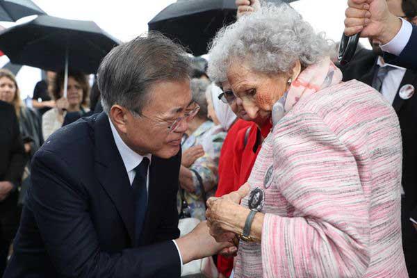 文在寅悼念阿根廷军政独裁遇难者 向受害者母亲赠送胸针