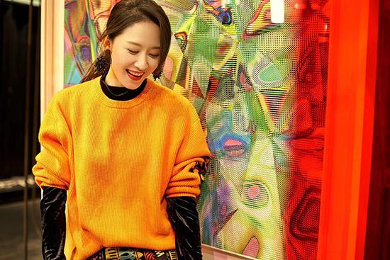 张雯时尚随拍曝光 橙色毛衣展冬日温暖