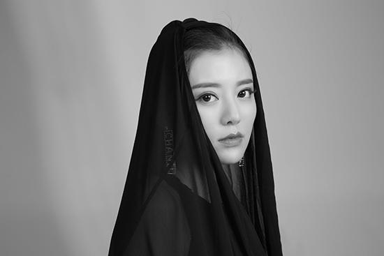 阿兰黑白质感写真上线 眼眸深邃静默如迷