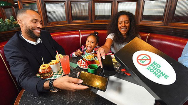 """英连锁餐厅设""""无手机区域"""" 响应者子女用餐可免单"""