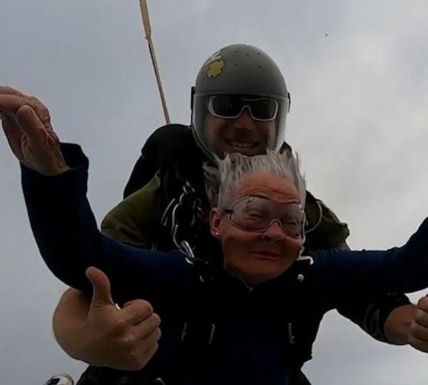 梦想无止境!82岁老奶奶迪拜高空实现跳伞梦