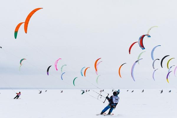 西伯利亚雪地滑翔比赛 多彩滑翔伞仿佛绘画