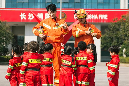 张丹峰《爱上幼儿园》变身帅气消防员