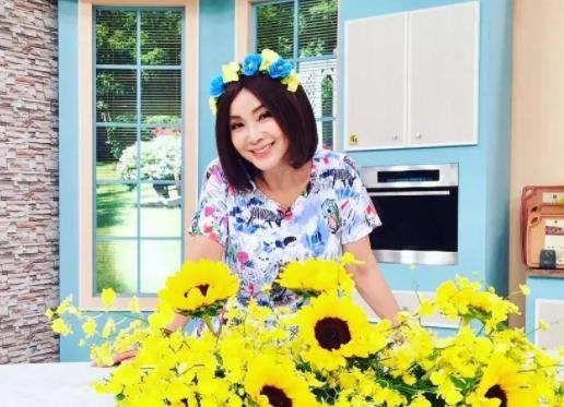 """被称""""最美老太太"""",罗志祥给她下跪,却和小25岁的邱泽相恋,生活幸福"""
