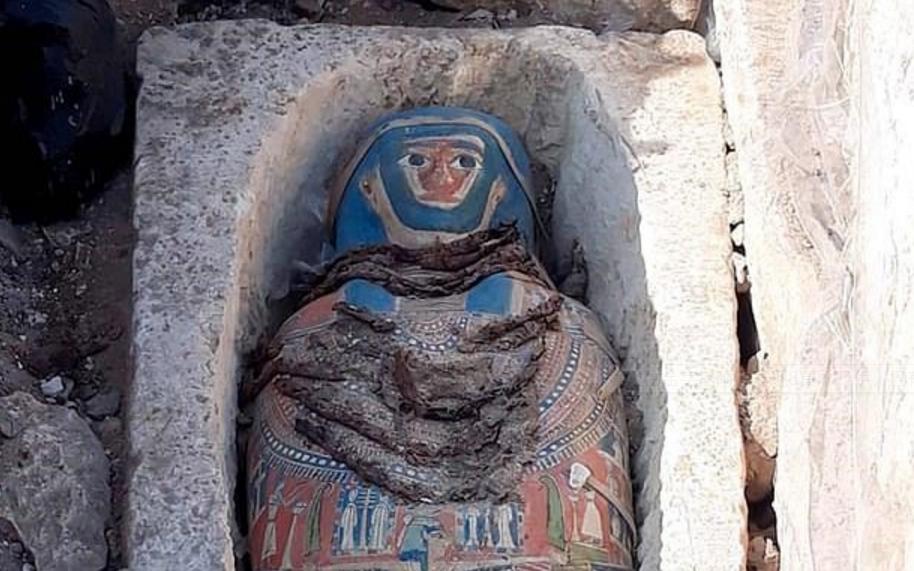 埃及古金字塔附近发现8具木乃伊 已有2500年历史