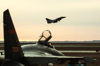 中国空军异型机展开对抗演练 歼10C与歼16现身