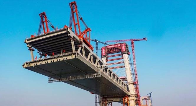 世界首座高低矮塔公铁两用斜拉桥:芜湖长江大桥主塔建成