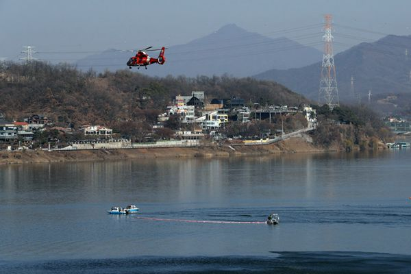 韩国一架直升机坠入汉江 机上搭乘3人