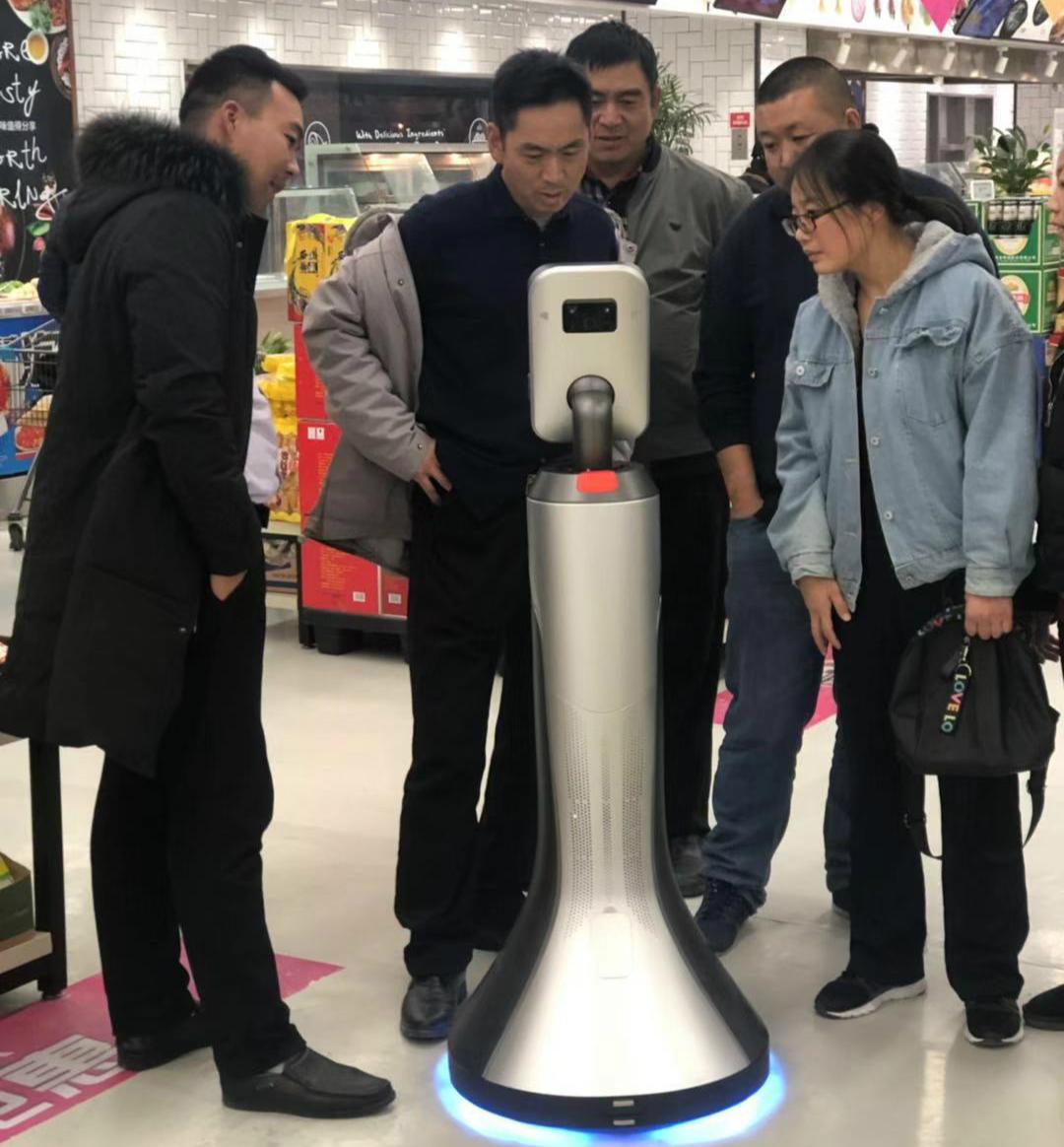 """猎豹移动推出国内首款超市机器人""""豹小秘"""""""