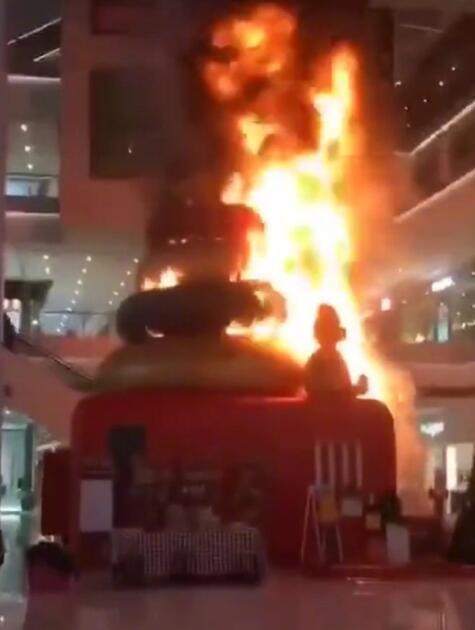 天津一商场内圣诞树起火 官方:已扑灭 无人员伤亡