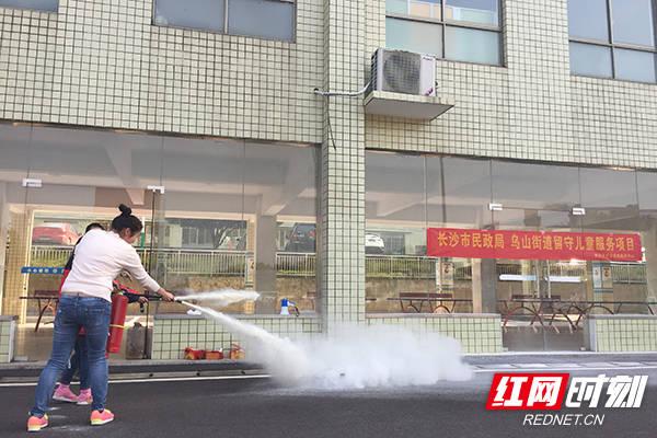 消防演习走进长沙乌山小学 师生零距离学习消防知识