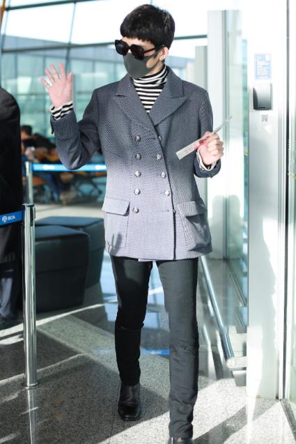 井柏然现身机场,英伦范灰西装黑色裤优雅又帅气