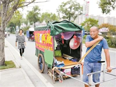 """男子自制""""房车""""拉着爱人去西藏 全程徒步不搭车"""