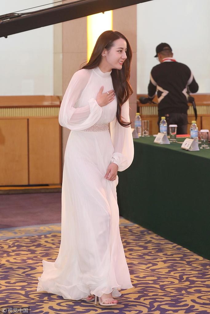 热巴穿长裙配披肩卷发 甜美优雅