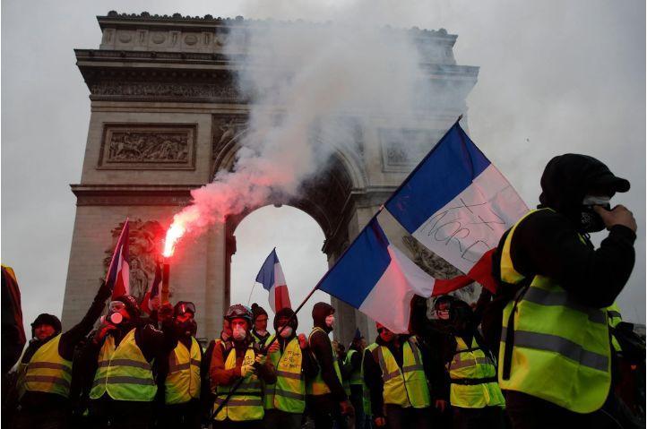 """巴黎香街再次浓烟滚滚!催泪弹下的""""浪漫之"""