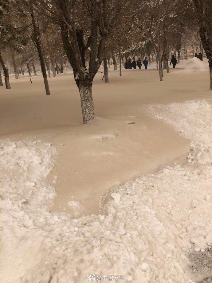 """新疆多地降下""""黄雪"""",气象台:西北风与沙尘共同制造"""