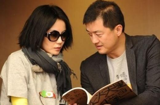 他凭一首歌打天下,妻子是王菲和李亚鹏的红娘,今沦为十八线演员