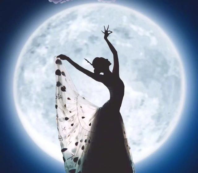 """""""孔雀仙子""""杨丽萍,穿旗袍诠释了舞蹈之美,自然之美!"""