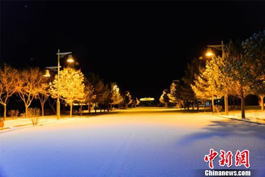 """甘肃现大风降温降雪天气多地沙尘""""裹城""""阻出行"""