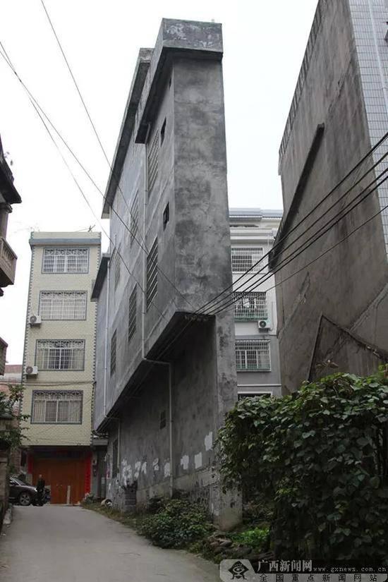 楼房为让路最薄处43厘米 住建局:手续合法