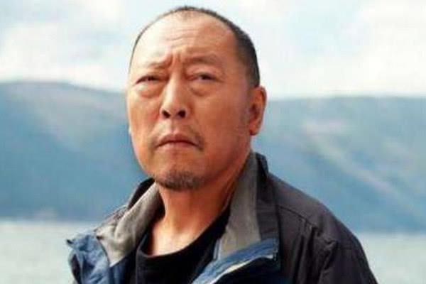 """他是靳东""""父亲"""",曾比周星驰还红,47岁一夜爆红,如今成这样"""