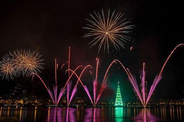 世界最大圣诞树在巴西里约点亮 90万个LED灯闪耀黑夜