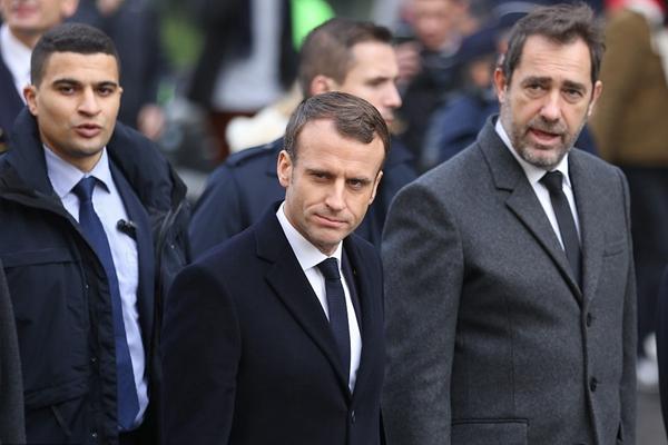 法国爆发抗议油价上涨激烈冲突 马克龙走访巴黎街道