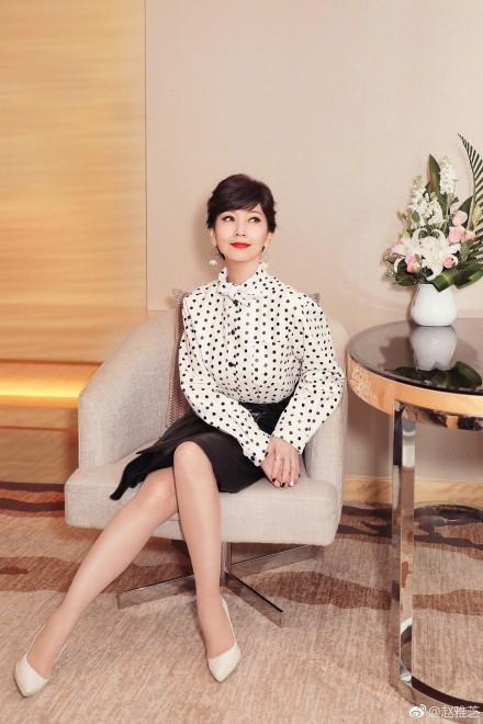 赵雅芝穿白色波点上衣超减龄 坐姿优雅端庄