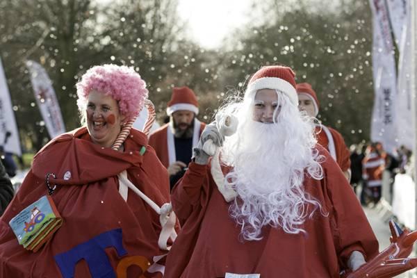 英国:另类慈善!众多圣诞老人跑步穿过伦敦公园