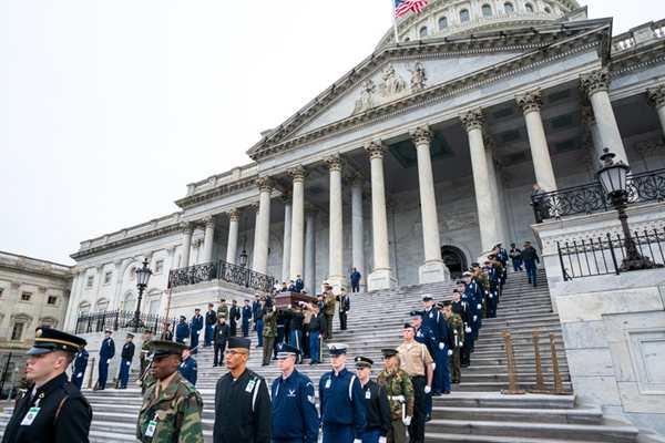 """老布什灵柩将搭乘""""空军一号""""返回华盛顿 士兵参加彩排"""