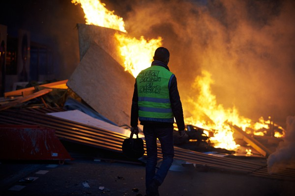"""法国""""黄背心""""运动致10年来最严重骚乱 考虑实行紧急状态"""
