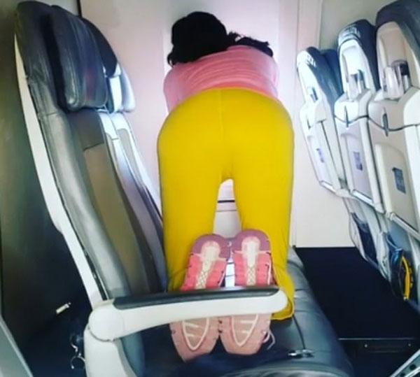 美客机内一女子占三座位练瑜伽 乘客莫名其妙
