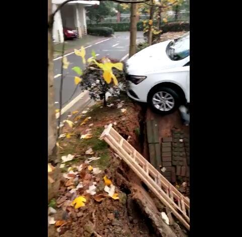 突发!九江一小区发生地面塌陷,车辆前轮被悬空