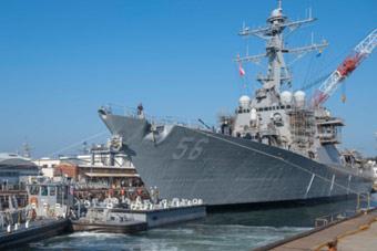 下水出坞!去年撞船美军麦凯恩号宙斯盾舰修好了