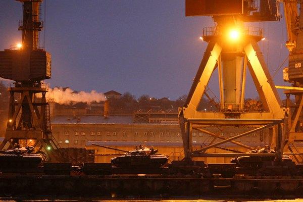 俄乌紧张形势升温 乌克兰东部城市海港出现大批坦克