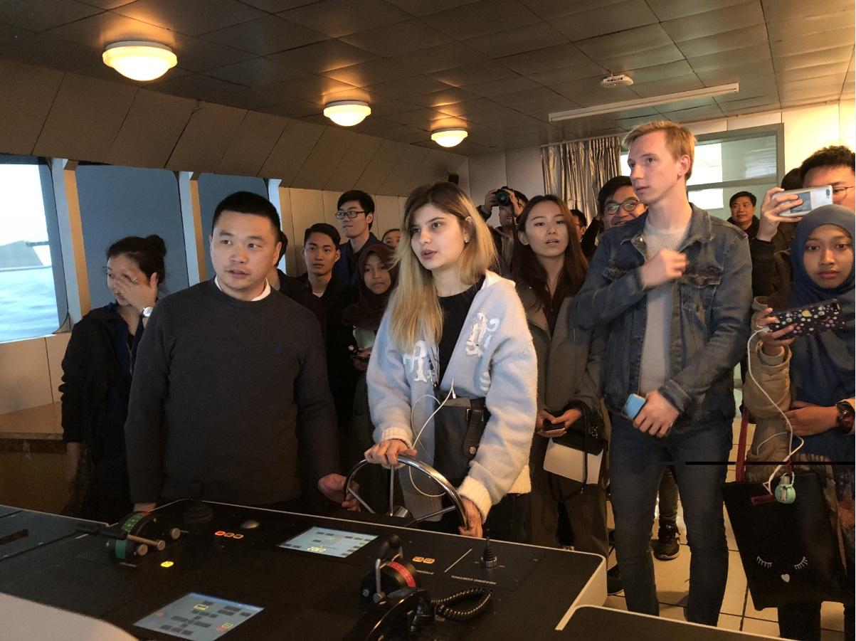 南京江宁大学城社区组织中外大学生体验海事文化