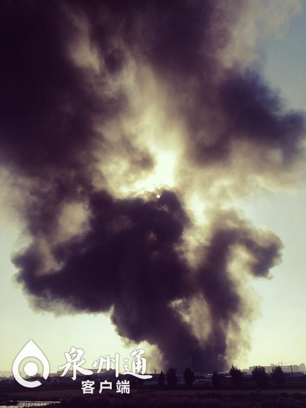 突发!晋江一橡胶厂着火 现场浓烟滚滚