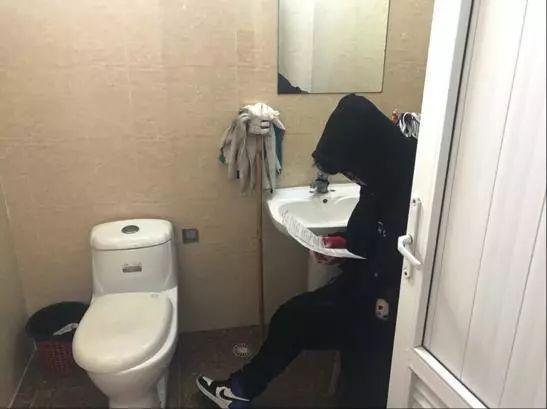"""月入过万还要考研?大学生""""承包""""厕所复习遭质疑,他说…"""