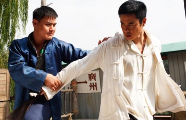 拳王拍电影踢翻成龙,隔10公分护具踢肿刘烨,网友:真功夫