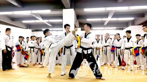 市跆拳道协会举办公益培训班