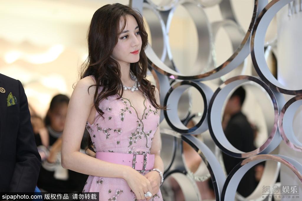 迪丽热巴穿深V粉色长裙甜美性感