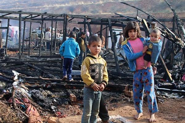 黎巴嫩叙利亚难民营发生大火 家园变焦土