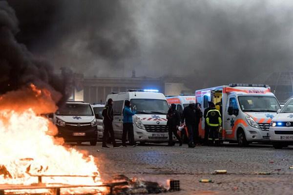 一波未平一波又起!法国救护车司机在巴黎封路抗议